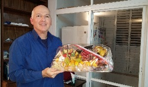 זהר עמיהוד מחזיק סלסלת פירות העונה